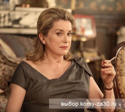 А на этом фото Катрин Денев еще курит...