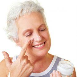 Чем можно убрать морщины в 60: подбираем уход