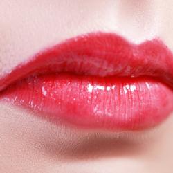 Как можно поднять опущенные уголки губ?
