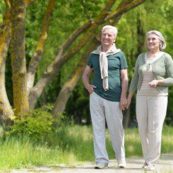 Как заниматься ходьбой пожилым людям дома и на улице?